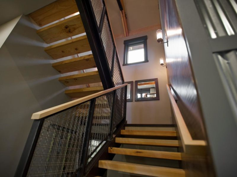 dh2014_first-floor-hallway-02-epp0906-stairs-toward-landing_h-jpg-rend-hgtvcom-1280-960