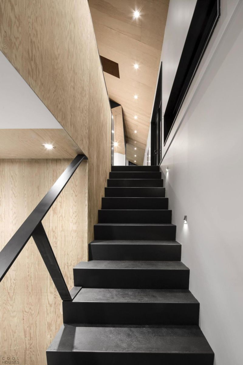 fantastic-recessed-lamps-decoration-at-the-stairwell-along-with-the-black-steps-and-handrail-following-the-bright-foyer-under