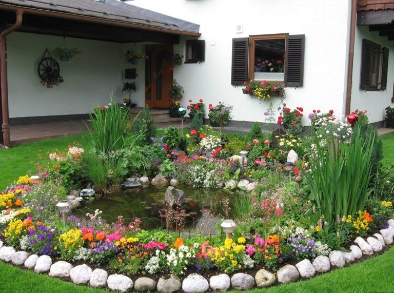 Красивый цветник возле дома своими руками