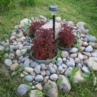 Клумбы из камней -пошаговая инструкция для начинающих садоводов (55 фото идей)