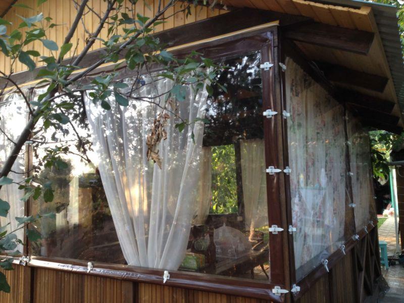 foto-12-realnyj-variant-sovmeshhenija-pvh-okon-i-zanavesok-dlja-verandy