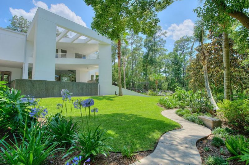 contemporary_garden_design_beautiful_lawn_and_mix_of_plants_for