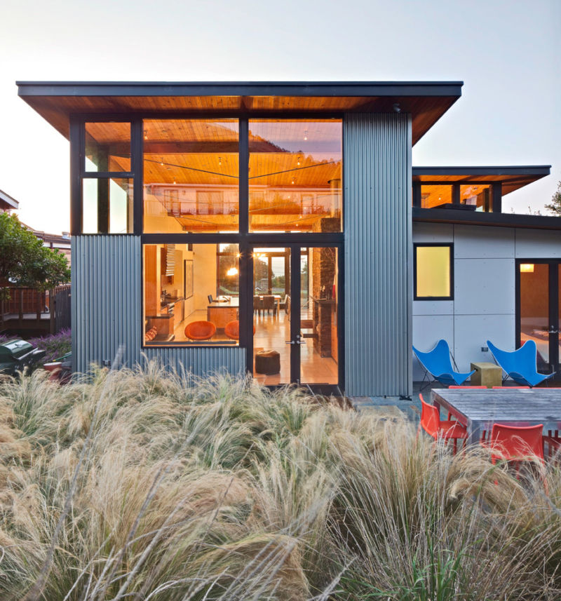 corrugated-metal-fence-patio-with-flat-roof-10