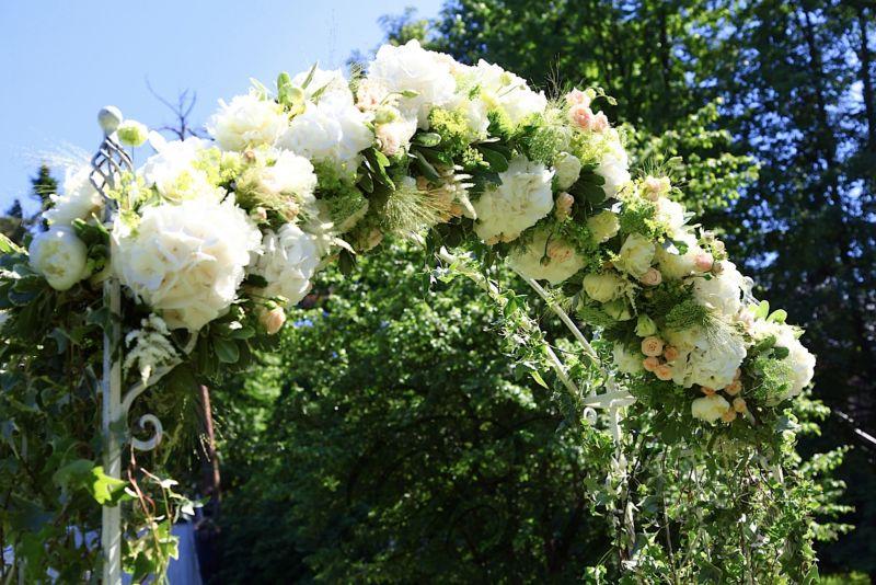 svadebnaya-arka-iz-cvetov