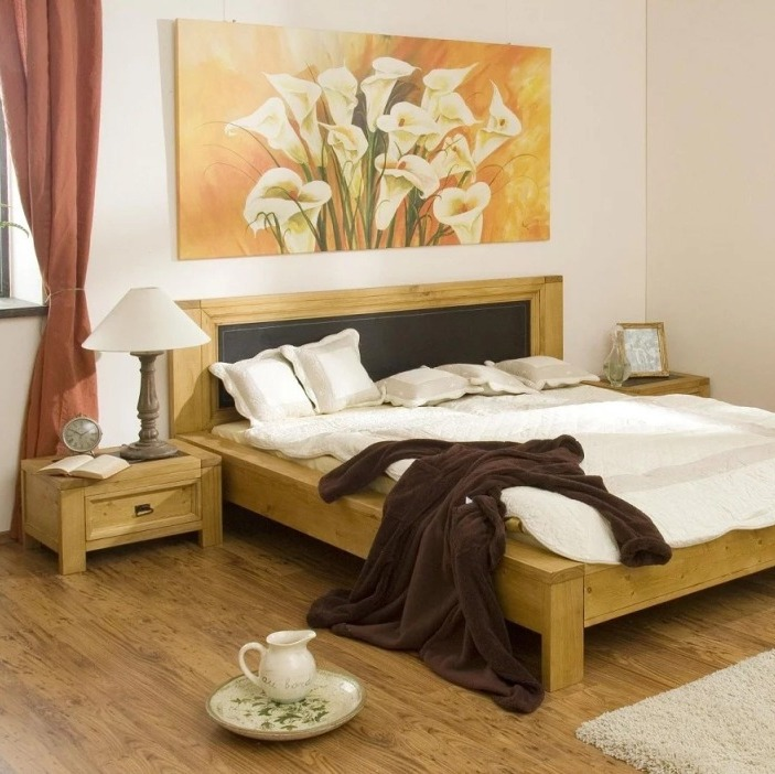 спальня с картинами загородный дом